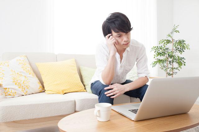 パソコン購入を悩む男性
