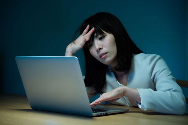 パソコンに悩む女性
